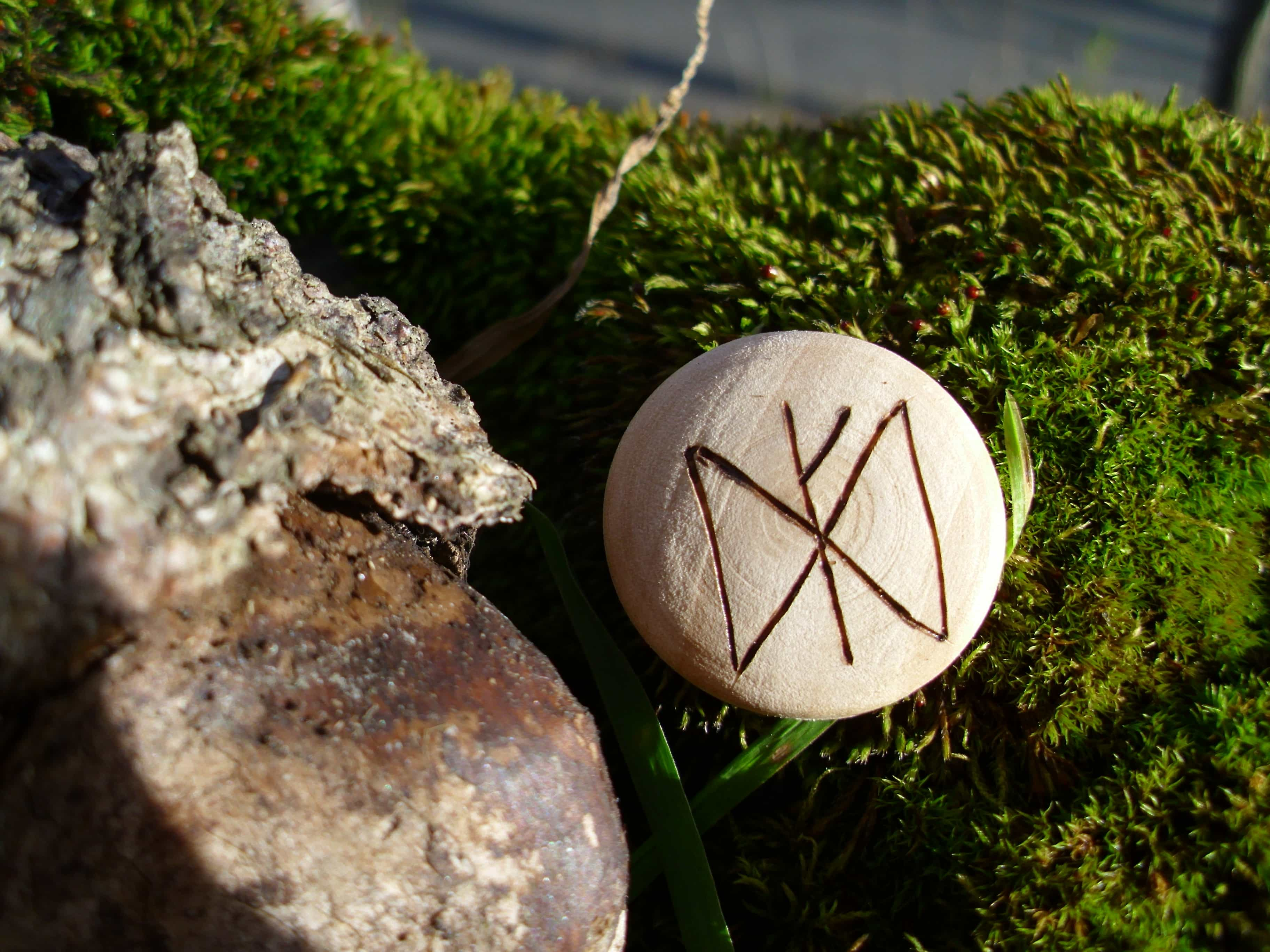 Pocket Rune for prosperity - Wooden Rune Amulet - Velstand