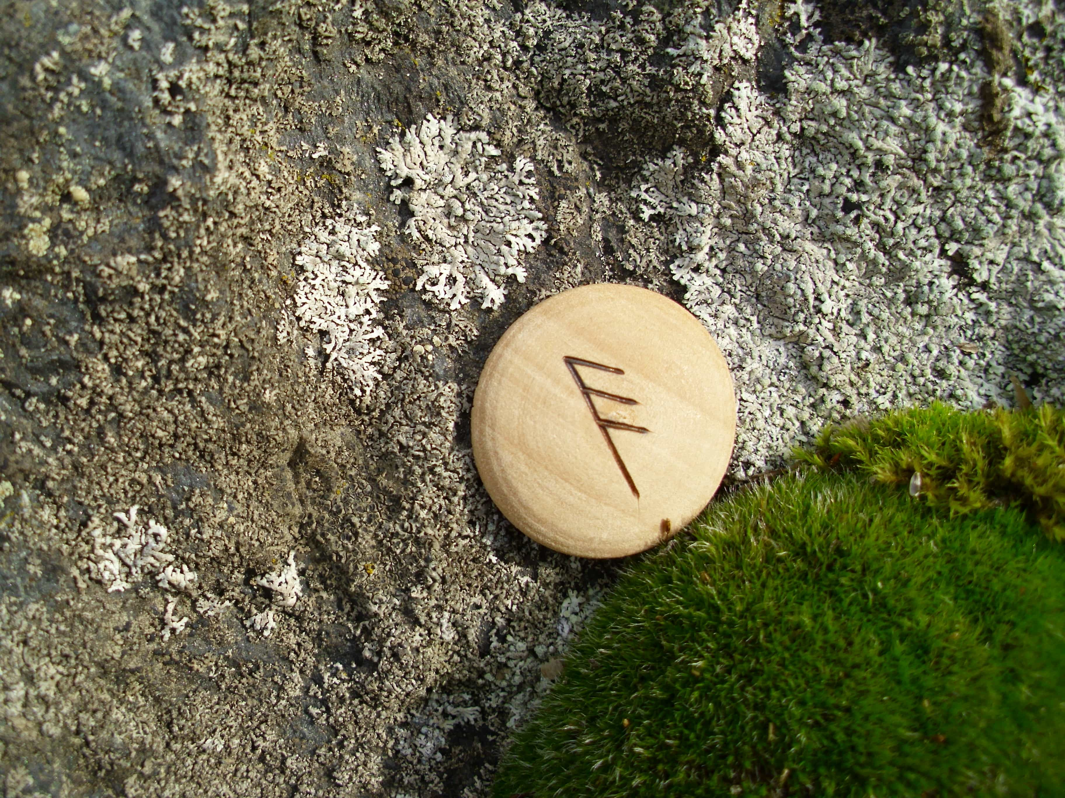 Pocket Rune for academic brilliance - Wooden Rune Amulet - Akademisk briljans