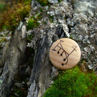 Pocket Rune for Camouflage and Deception - Wooden Rune Amulet - Kamuflasje og bedrag