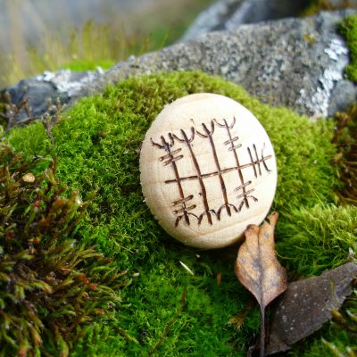 Pocket Rune to Close Deals - Wooden Rune Amulet - Inngå avtaler