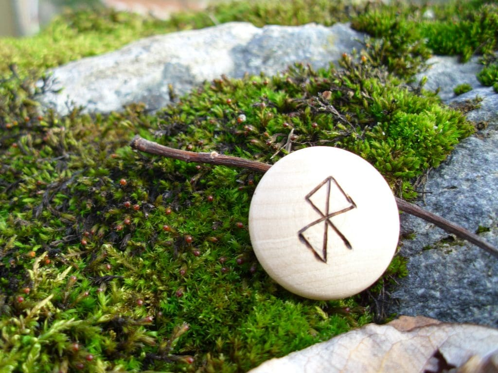 Pocket Rune to Ease Delivery - Wooden Rune Amulet