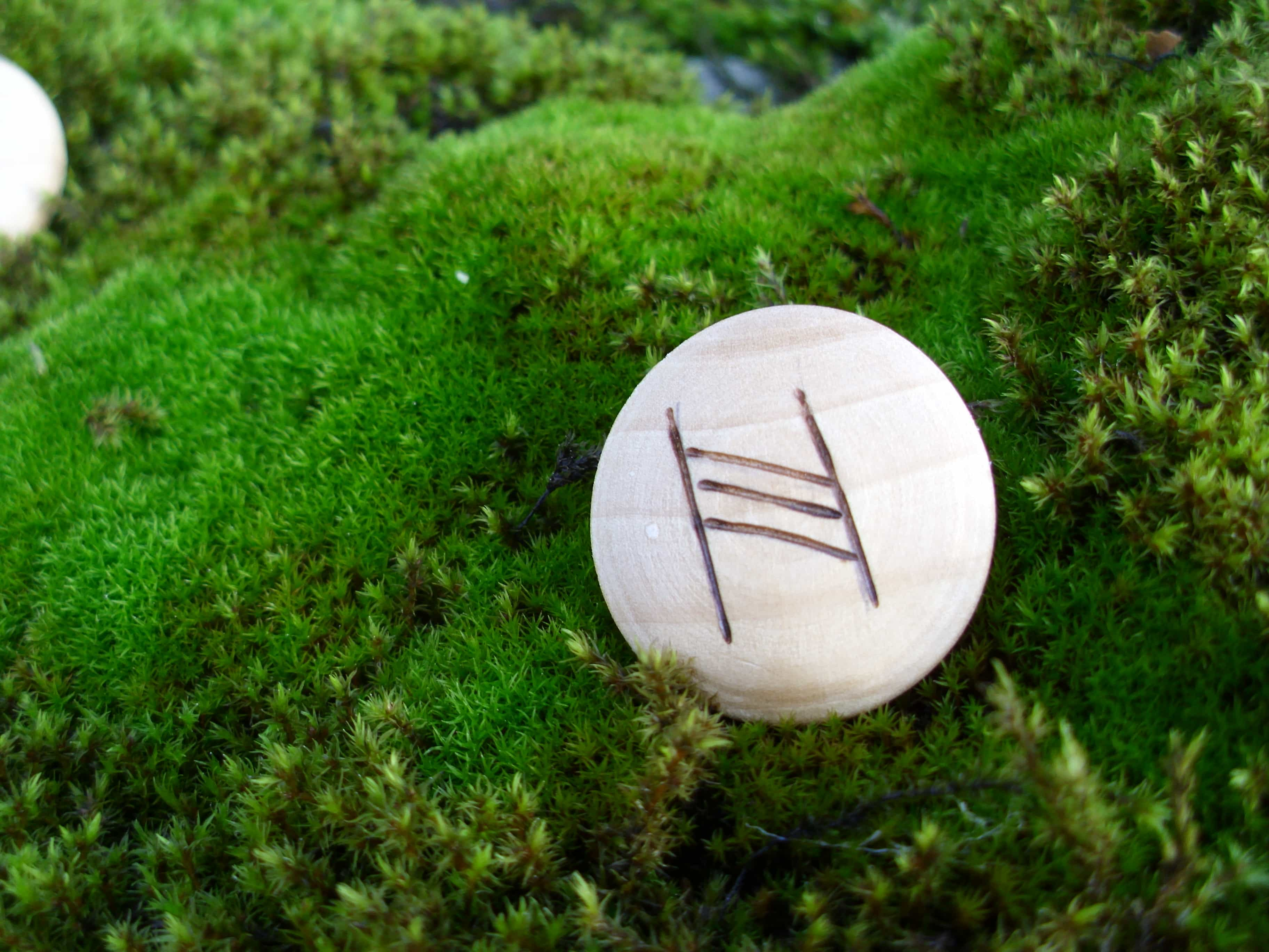 Pocket Rune for a Happy Family - Wooden Rune Amulet - Lykkelig familie
