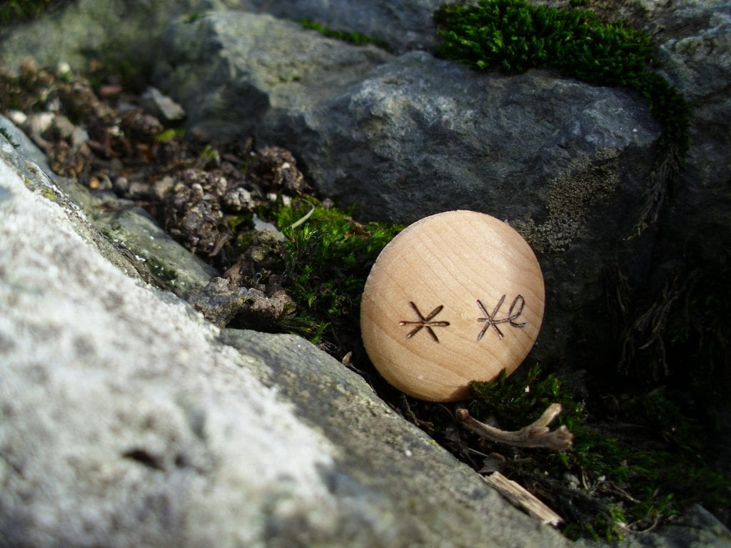 Hrætigaldur - Pocket Rune to put fear in your enemy - Wooden Rune Amulet