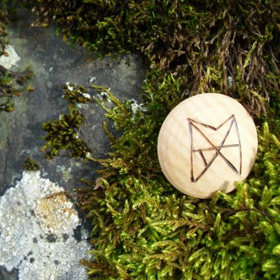 Pocket Rune for Love and Trust - Wooden Rune Amulet - Kjærlighet og tillit