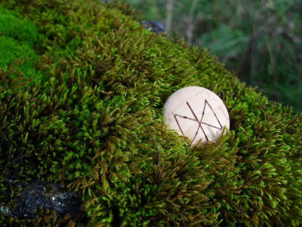 Pocket Rune to Maintain a Relationship - Wooden Rune Amulet