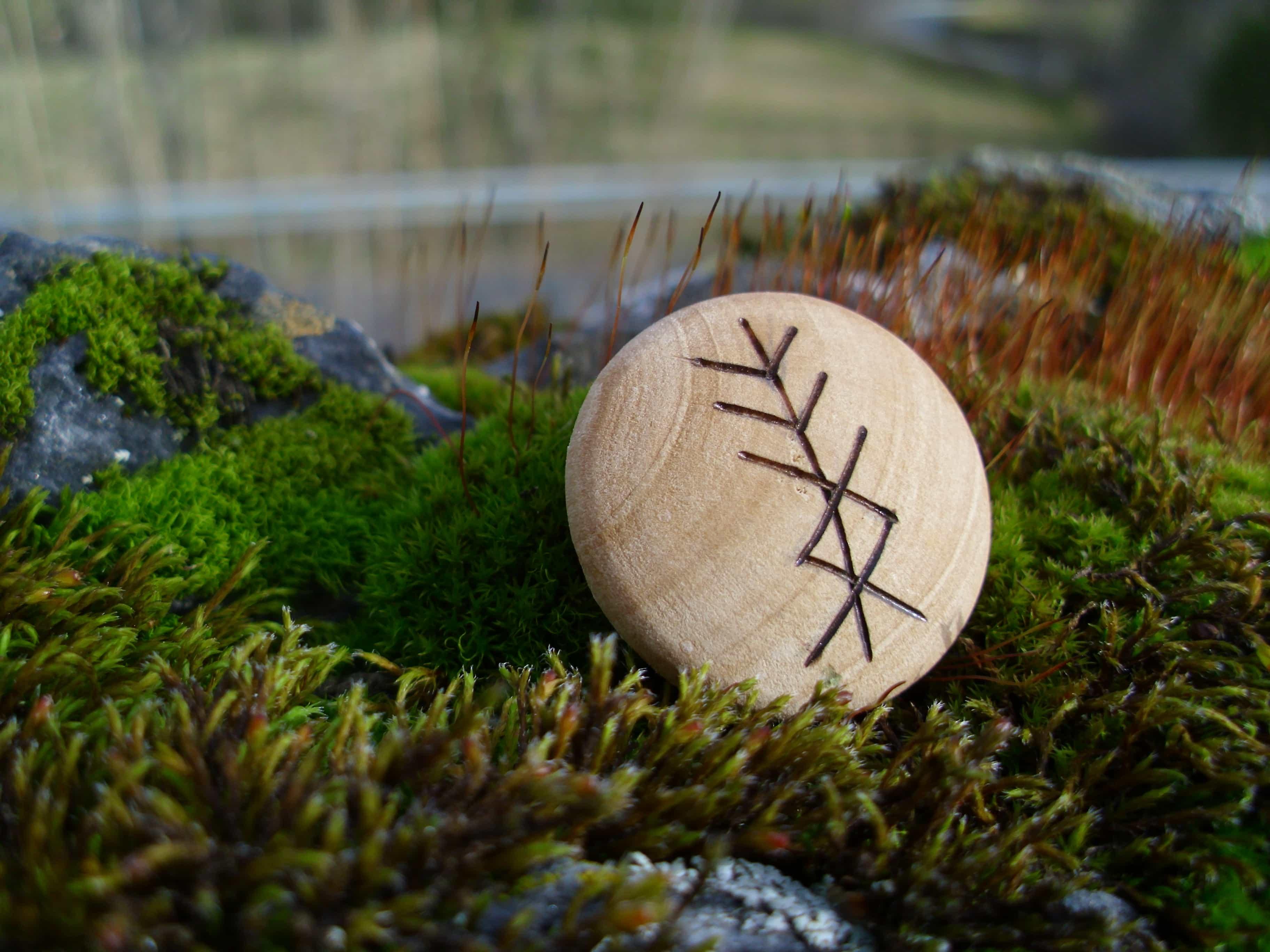 Pocket Rune for Personal Protection - Wooden Rune Amulet - Personlig beskyttelse