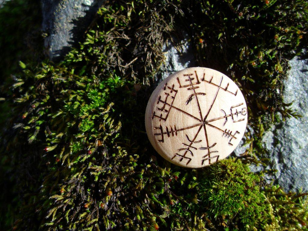 Vegvisir - Pocket Rune to not get lost - Wooden Rune Amulet