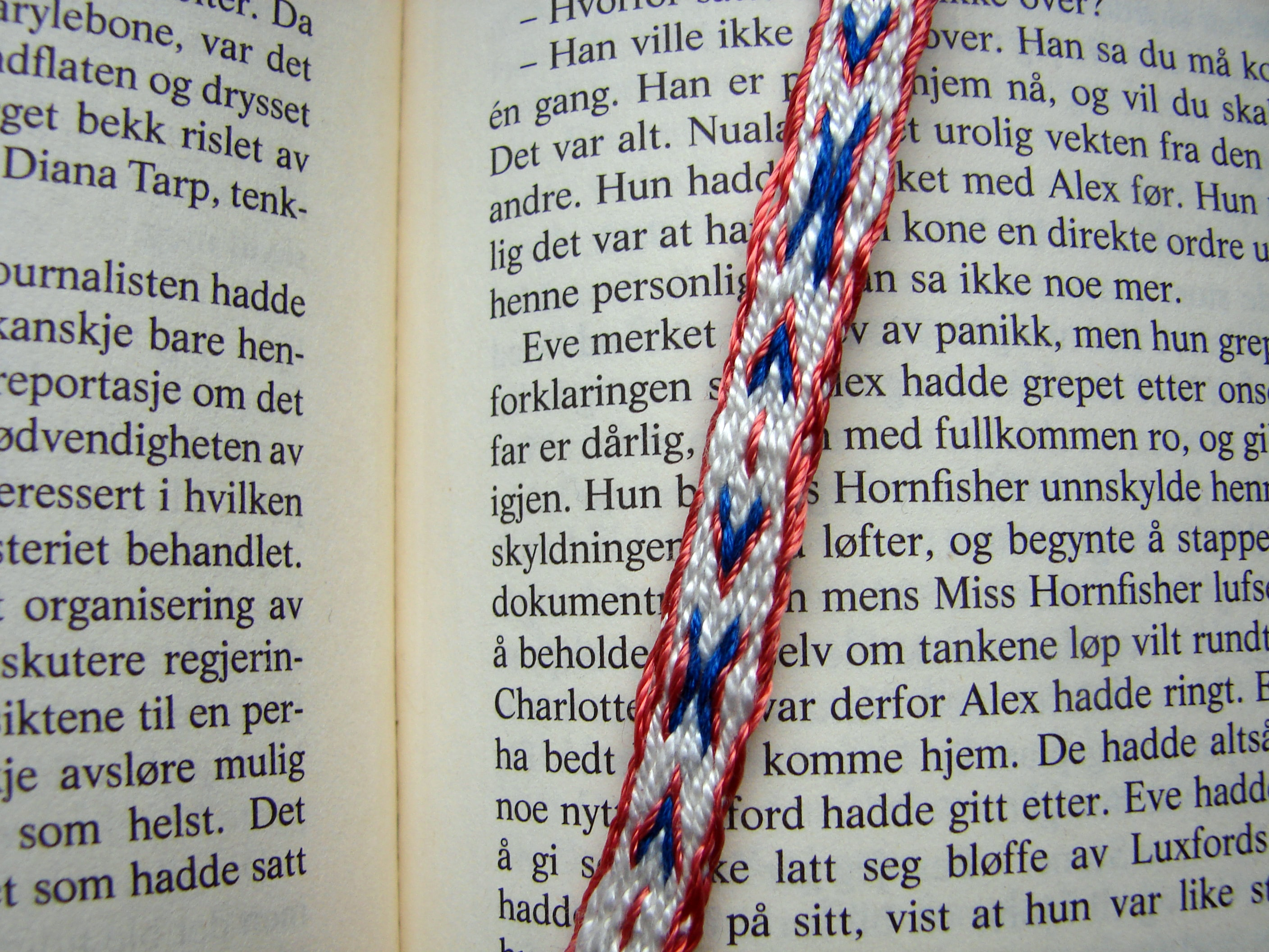 Tablet woven bookmark - X and Arrows - Brikkevevd bokmerke . X og piler