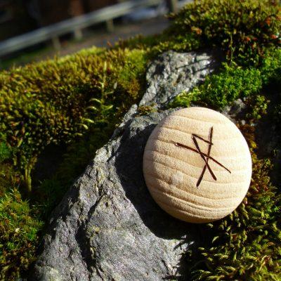 Pocket Rune for a Gift of Joy - Wooden Rune Amulet - Gledesgave