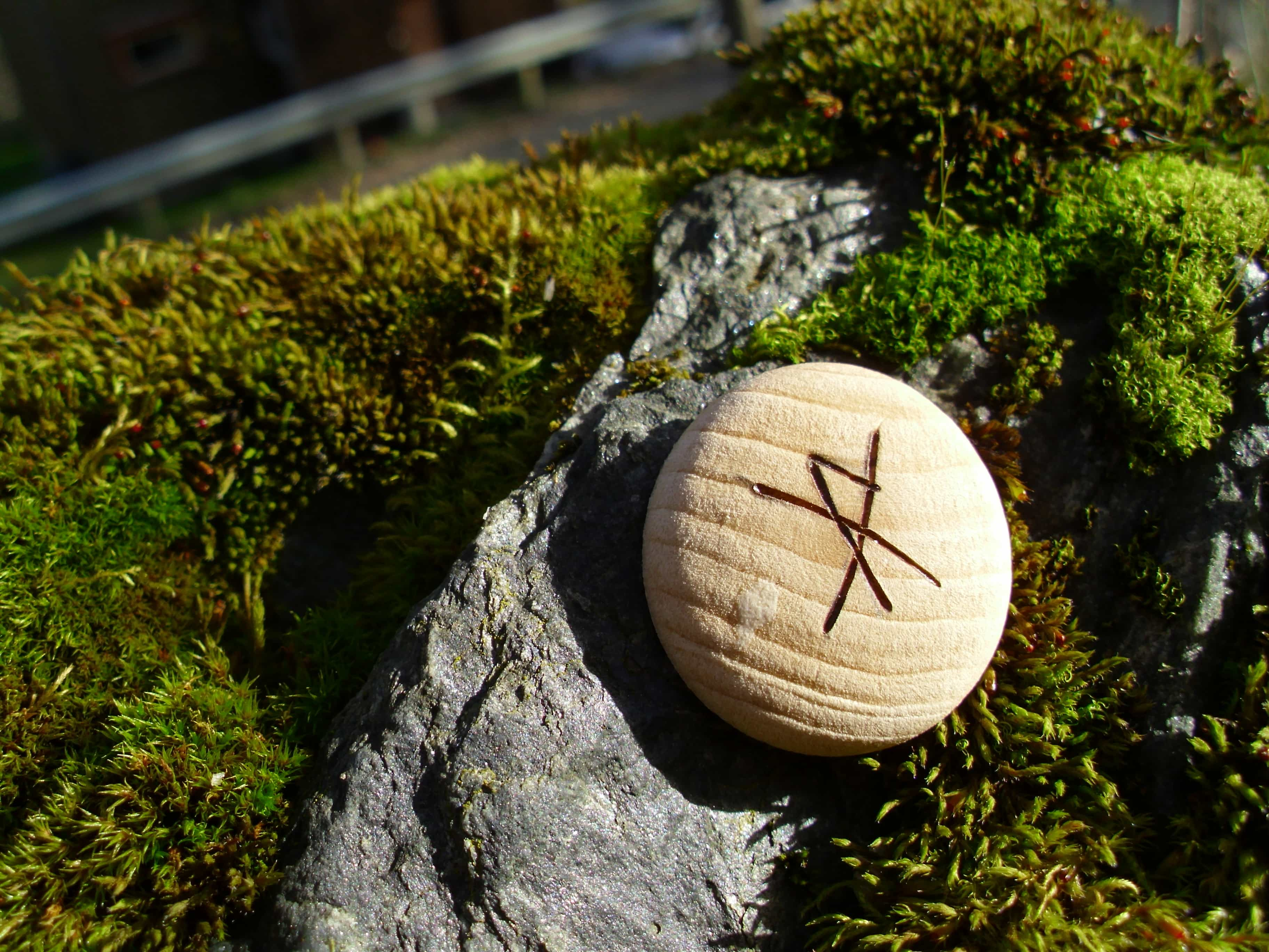 Pocket Rune for a Gift of Joy - Wooden Rune Amulet - Gledesgave