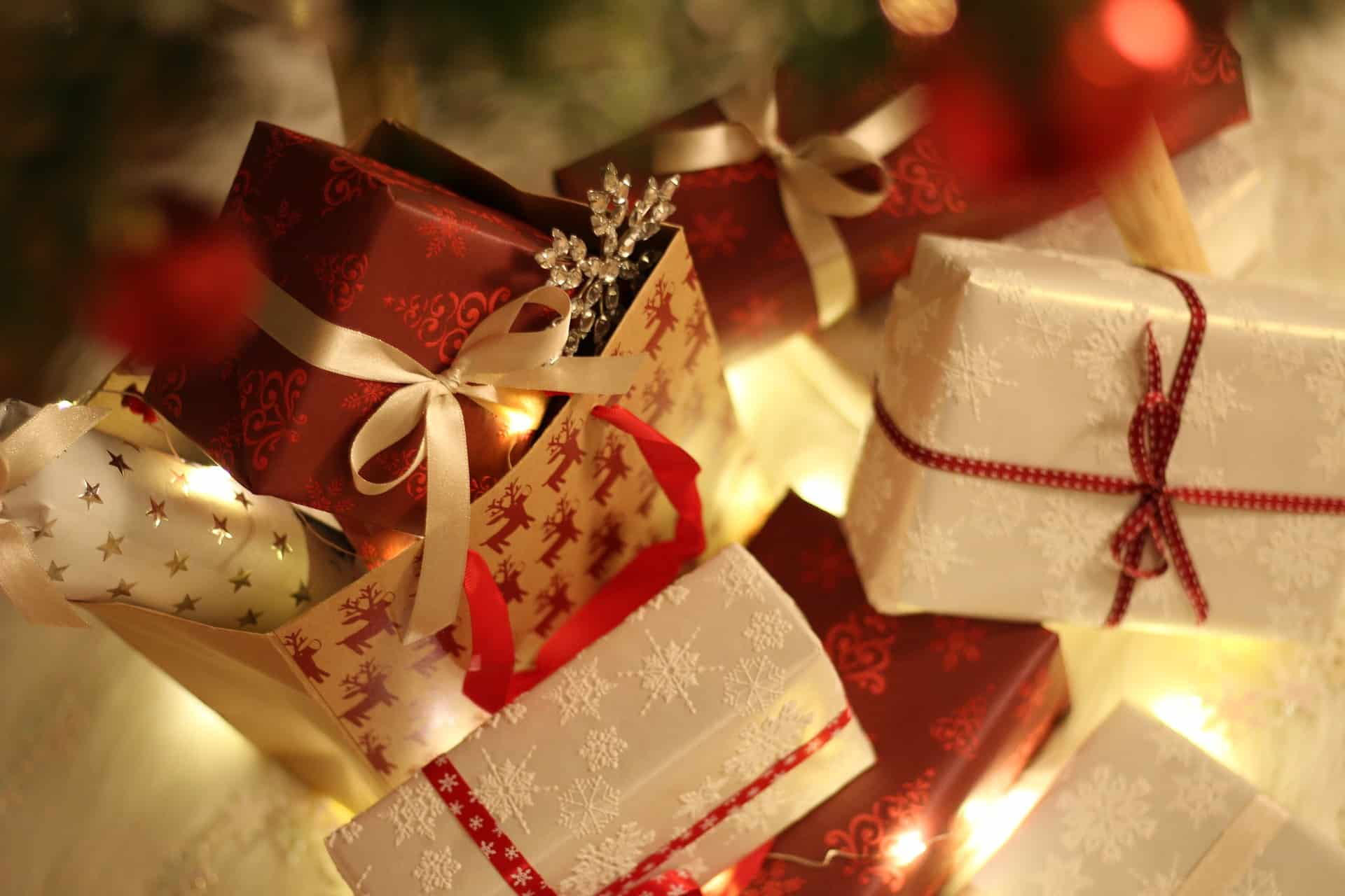 Find the right gift - Wrapped Christmas gifts - Linda Ursin ...